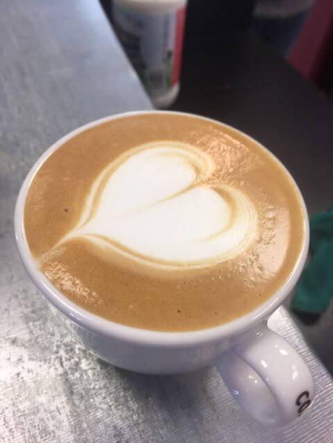 latte art en forme de coeur