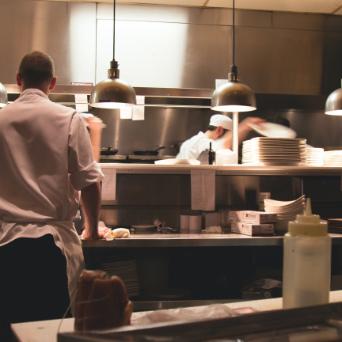 cuisinier dans la cuisine
